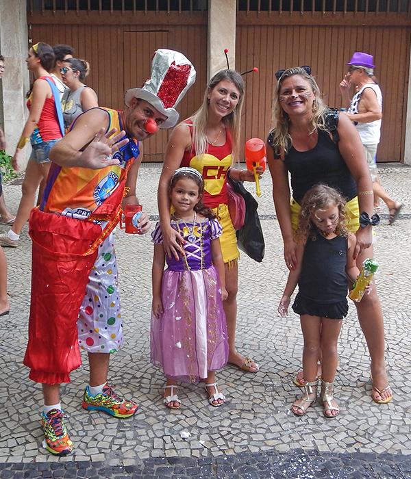 como ganhar dinheiro no carnaval Family celebrating Carnaval together
